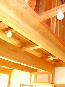 開放感があり木の温もりを感じさせる空間