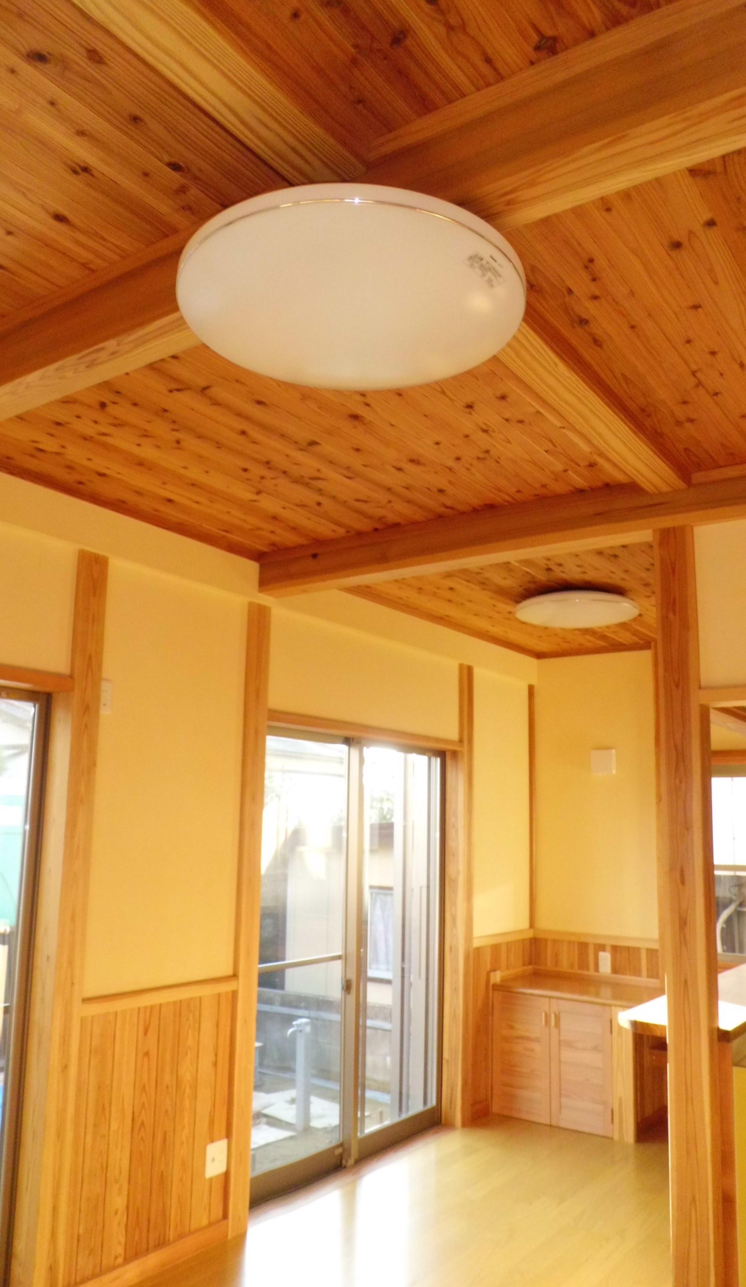 団地の中に国産材と自然素材で囲まれた個性派住宅。