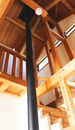 外壁も階段も。細部に至る伝統工法の技と山武杉の魅力。