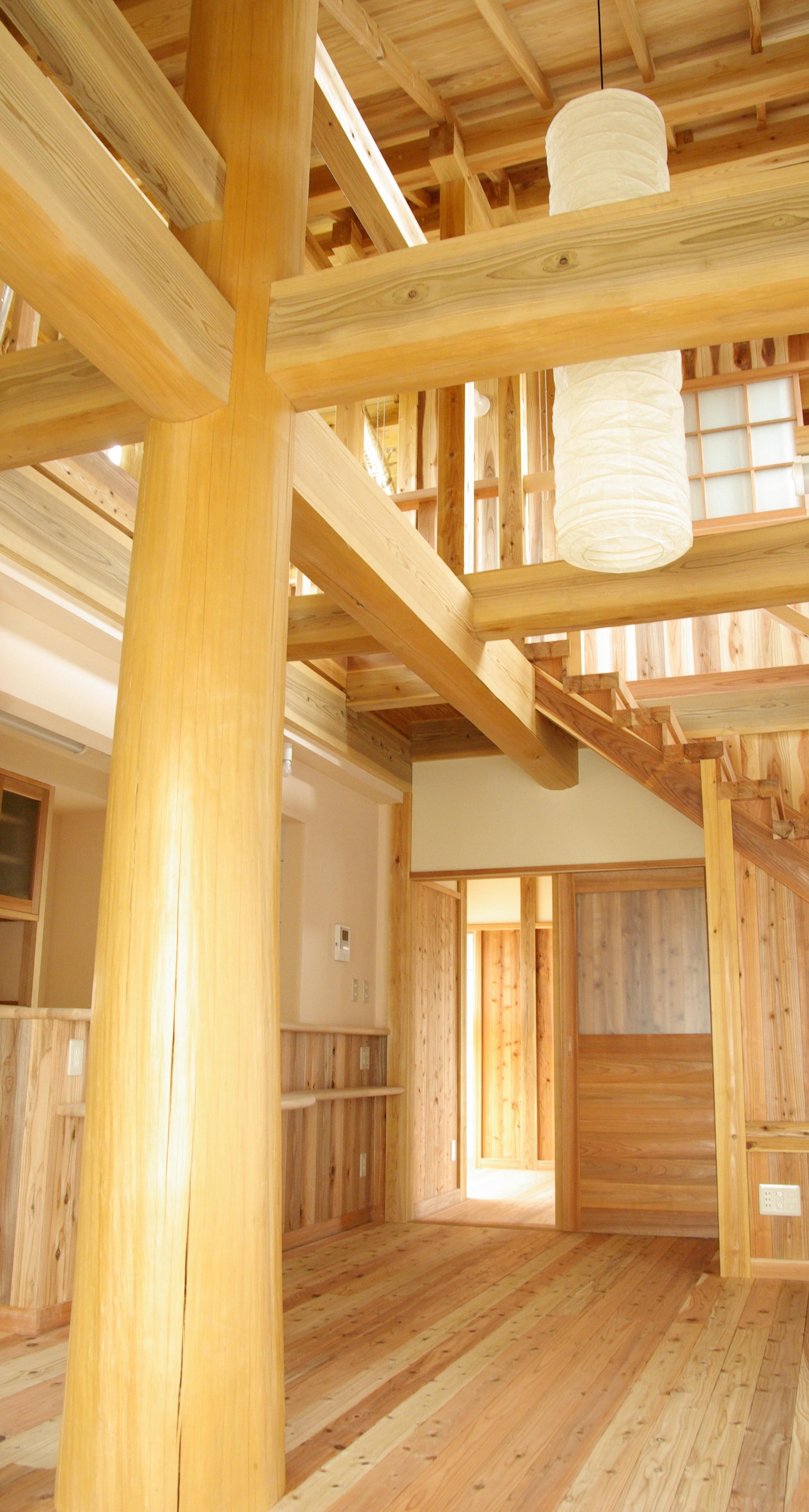 見える部分のほとんどが木と土(珪藻土)。伝統工法で現代を造る木と土の家。